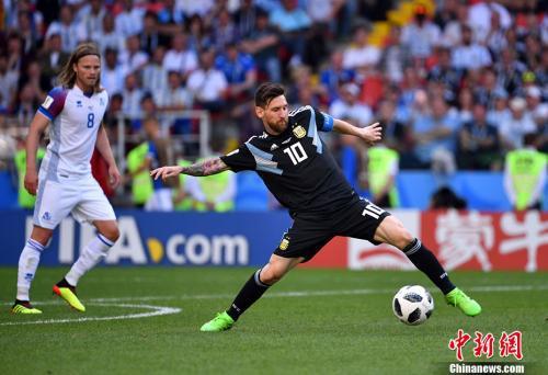 资料图:俄罗斯世界杯,阿根廷队首战1-1战平冰岛。图为中国企业的场边广告。中新社记者 毛建军 摄