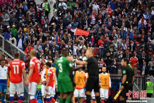 北京时间6月14日23点,俄罗斯世界杯揭幕战在莫斯科卢日尼基体育场打响。图为赛场中的中国元素。中新社记者 毛建军 摄