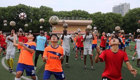 湖南衡阳,大学生举行颠球比赛迎接世界杯。图片来源:视觉中国