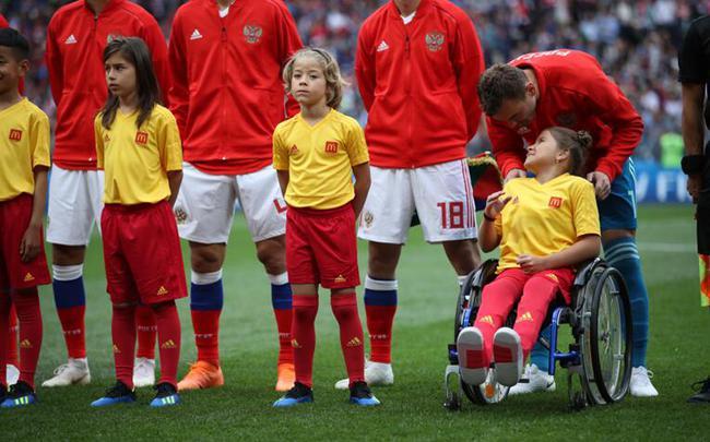 来自鞑靼斯坦的11岁小球童Polina Haeretdinova是首位参与球童计划的残障儿童, 在开幕赛中与俄罗斯队一同站在了绿茵场上