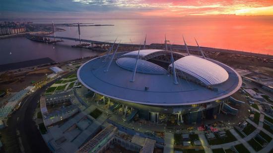 ▲圣彼得堡竞技场造价超过100亿元,是俄罗斯世界杯12座球场中唯一一座可以关闭顶棚的球场