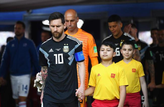 麦当劳小球童携手阿根廷球员梅西一起迈入比赛现场