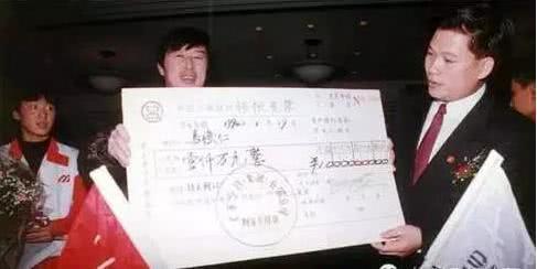 马俊仁与何伯权交换千万支票