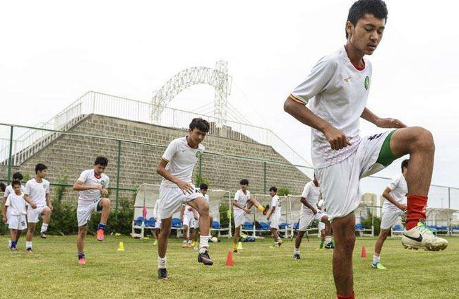 新疆足球少年资料图